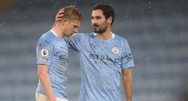 Manchester City's Belgian midfielder Kevin De Bruyne (L) chats to Manchester City's German midfielder Ilkay Gundogan as he is substituted during the English Premier League football match between Manchester City and Aston Villa at the Etihad Stadium in Manchester, north west England, on January 20, 2021. Martin Rickett / POOL / AFP