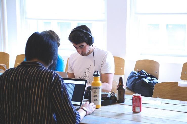Studenti solidarietà computer informatica TuttiConnessi