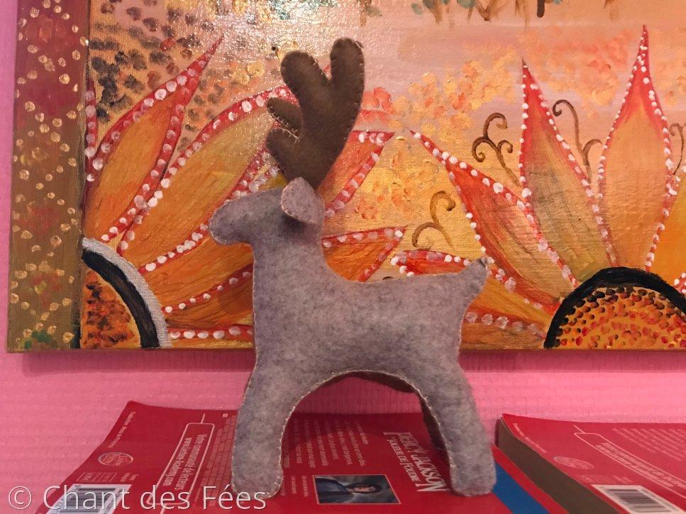 Jour 17 : inviter la forêt dans le foyer en cousant un renne en feutrine