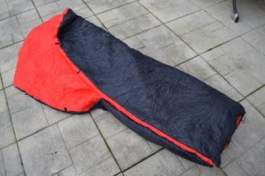 Schließt man die Köpfe, schaut die Decke schon eher wie ein Schlafsack aus.