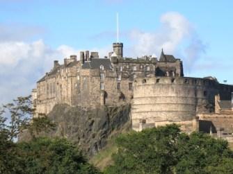 Blick von der Dachterrasse aus auf die Burg.