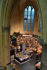 Kinderbücher in einer Kirche