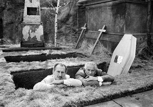 Peter Cushing avec le producteur Anthony Nelson Keys dans les studios Bray.