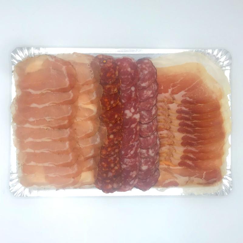Borrelschaal Italiaanse vleeswaren. Zoals Prosciutto, salami encoppa. Heerlijk voor bij de borrel.