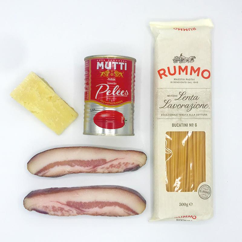 Bucatini all amatriciana pakket met guanciale pecorino gepelde tomaten