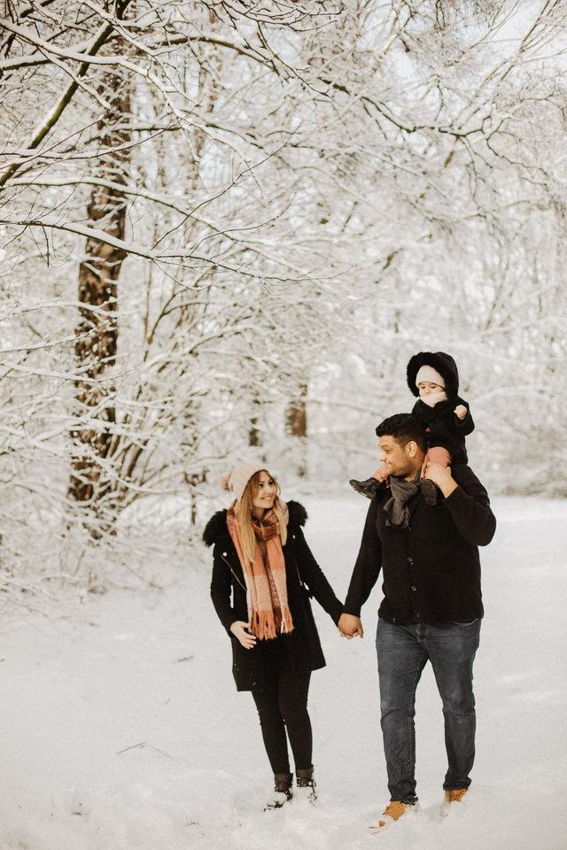 Familienglück Familienbilder im Schnee Aachen Bonn