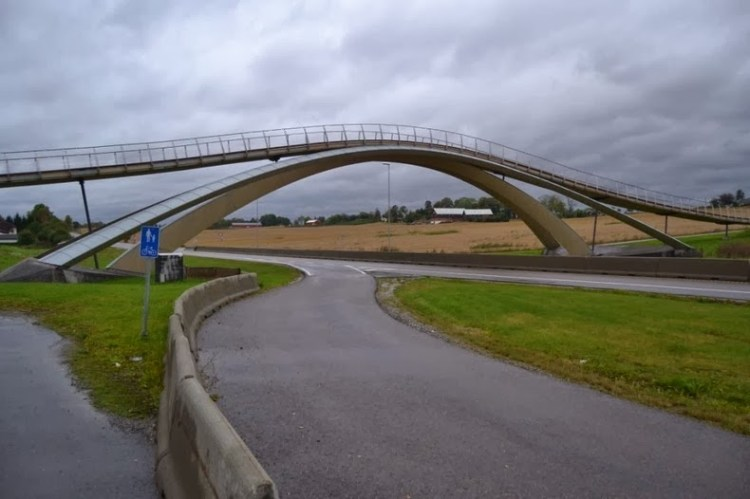 The pedestrian bridge is constructed on the similar model as Leonardo da Vinci's original drawings,