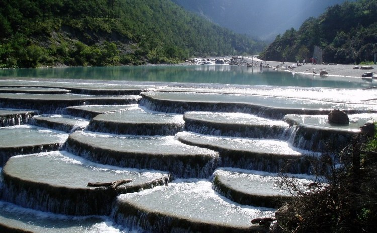 Therefore, it is composed by the sediments of high calcium carbonate in the spring waters normally flow downwards from the mountain to every semicircular-shaped limestone steps.