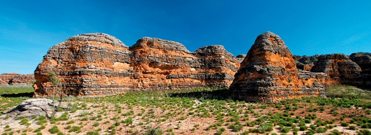The joint effects of wind from the Tanami Desert and rainfall over millions of years shaped the domes. Although the formation appears solid, the sandstone is very brittle.