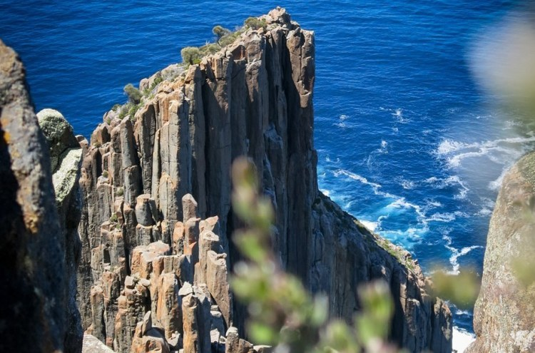 The coastline of the southern Tasmania is composed of spectacular rock columns that stick out up to 300 meters from the sea level.