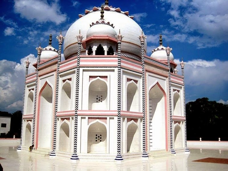 a replica of the Taj Mahal so that the poor of his nation can realize their dream of seeing neighboring India's famed monument. Therefore, construction work began in 2003, and he said that he came up with the idea in 1980 when he first visited the real Taj in Agra, northern India.