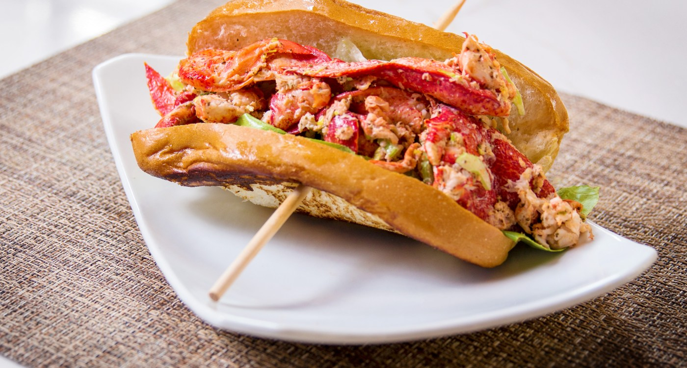 CharlestonCrabHouse_LobsterRoll_ExploreCharleston