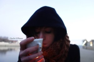 portrait fille tasse café cigarette