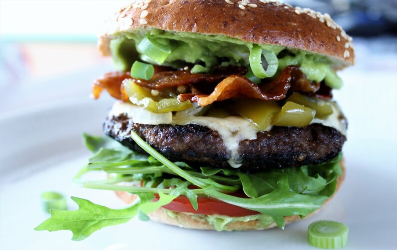 Burger med peberfrugtrelish og kandiseret bacon