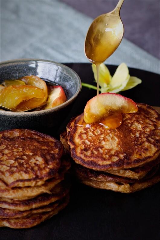 Klatkager med karamelsauce og æbler