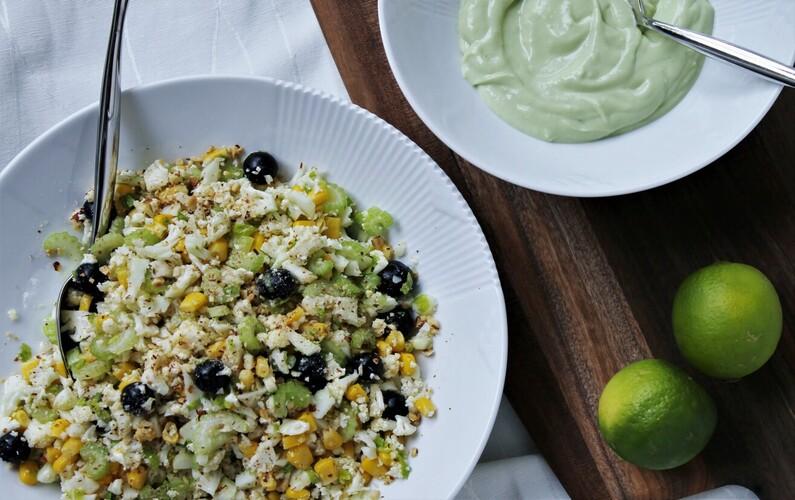 Blomkålssalat med majs, blåbær og avocadodressing