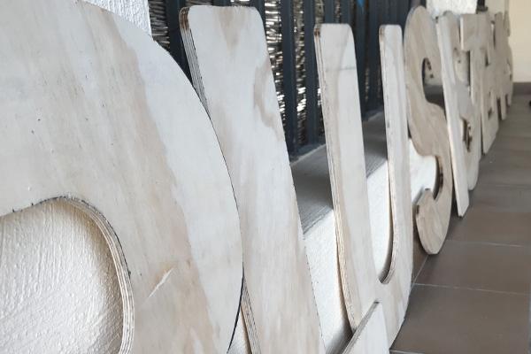 Corte de rótulos en madera Almería
