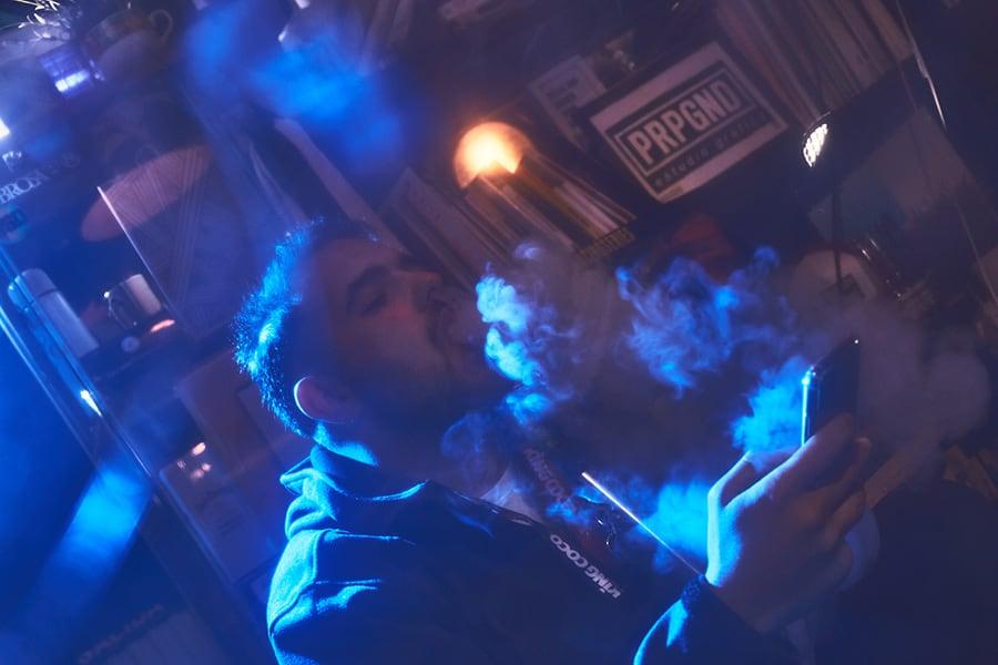 nico fumando shisha para crazy for hookah