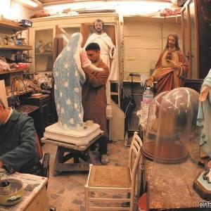 Artigiani durante la lavorazione dei pastori
