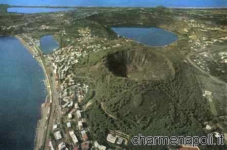 Immagine aerea dei laghi d'Averno e Lucrino