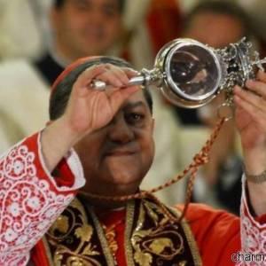 Il cardinale di Napoli, Crescenzio Sepe, mostra l'ampolla contenente il sangue di San Gennaro