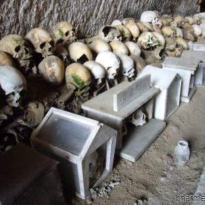 Teschi allineati nel Cimitero delle Fontanelle di Napoli