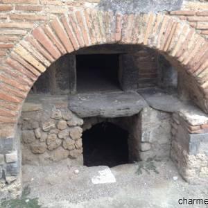 Un antico forno per il pane negli scavi di Pompei