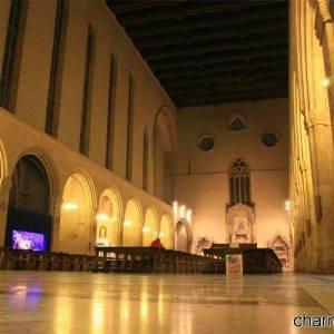 Suggestiva immagine degli interni della chiesa di Santa Chiara