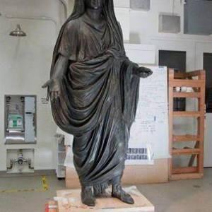 La statua di Tiberio nei laboratori di restauro di Villa Getty