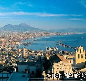 Napoli e il Vesuvio sullo sfondo