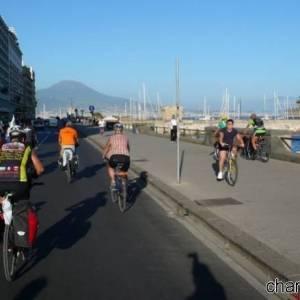 Pedalando in via Caracciolo