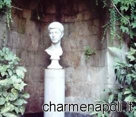 Il busto dedicato a Virgilio posto all'ingresso della tomba di Piedigrotta