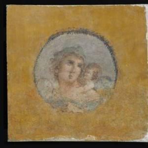 Giovane donna con amorino sulla spalla