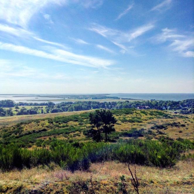 Blick auf die Insel Hiddensee, Bodden (links) und Ostsee (rechts) vom Dornbusch aus
