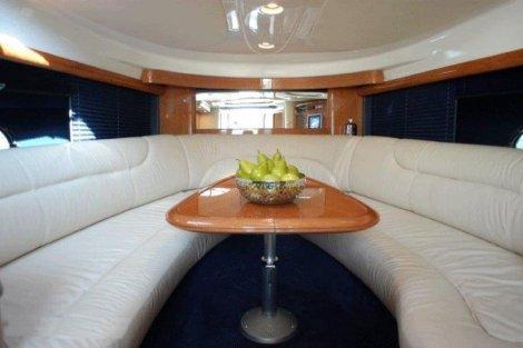 mesa e sofas dentro do iate para alugar em ibiza