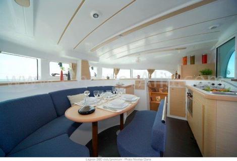 Salao interior do catamaran Lagoon 380 de 2019 com cozinha integrada