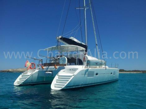 Vista traseira do aluguel de catamara em Ibiza com padrao de lagooon 380