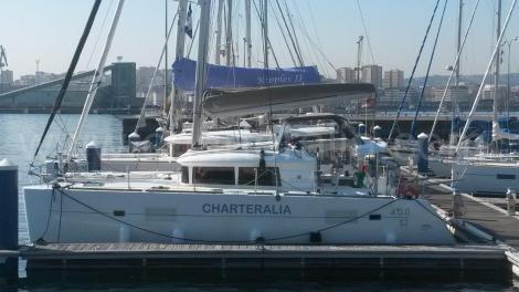 catamara de charteralia no porto de la coruna