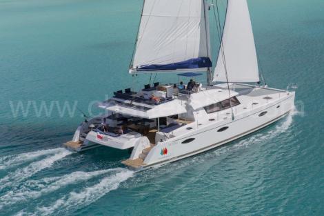 Aluguer catamara em Ibiza Fountaine Pajot Victoria 67 em plena vela vela