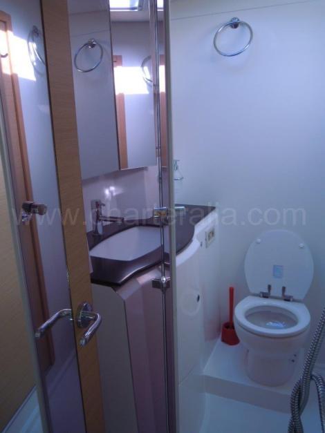 Banheiro de catamara com chuveiro separado