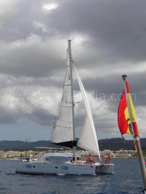 Catamaran lagoon 380 a vela com lanca e vela principal