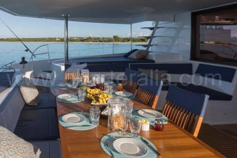 Mesa de refeicao catamara de terraco traseiro Fountaine Pajot 67 pes