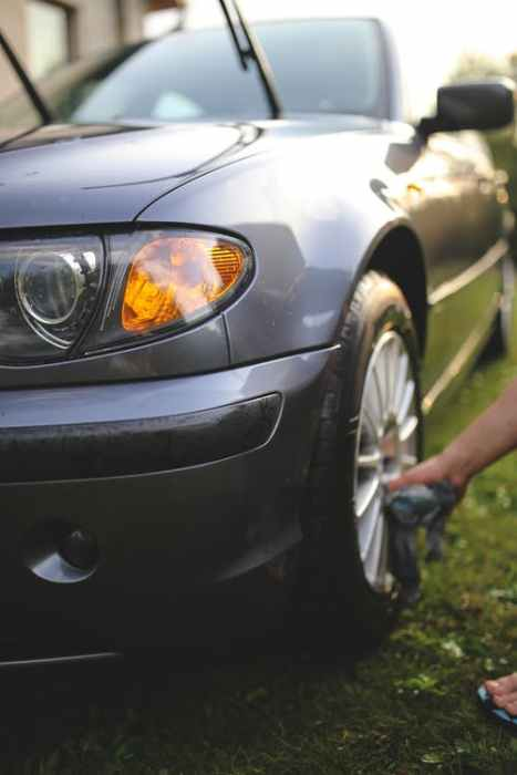 Cleaning the rim of a car's front wheel