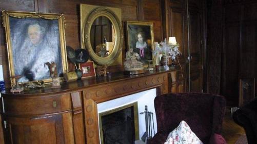 Le fumoir, décoré à l'ancienne, avec ses boiseries d'origine.