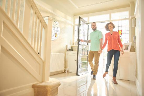 a couple entering a house | Chattanooga Home Inspection | Mortgage Chattanooga
