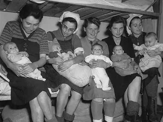 Mulheres judias posam com seus bebês depois da liberação do campo de Dachau (Alemanha), em 1945