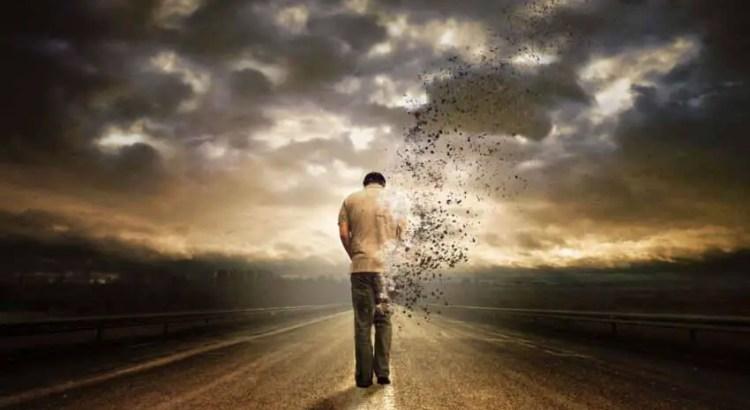homem desaparecendo na estrada