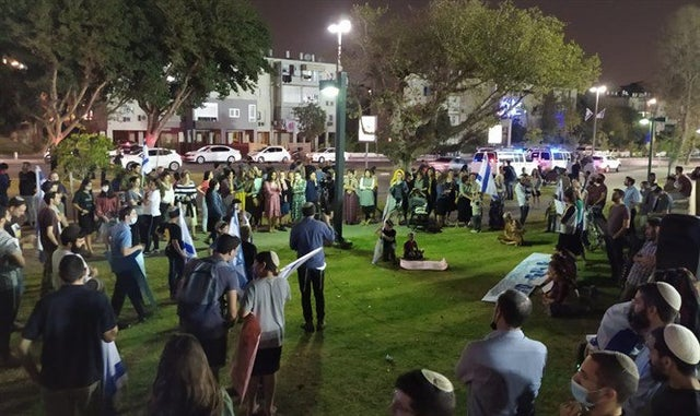Jaffa: Arabs clash with Jewish protesters after attack on rabbi