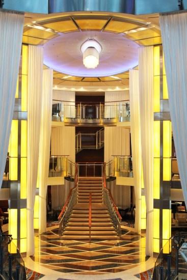 Einblick in das großzügige Foyer und Atrium