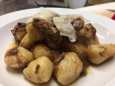 Stefano Bridi: Gnocchi di patate di montagna fatti con farina macinata a pietra 1e9 .Al sugo di stracotto d asino e vino rosso Enantio .